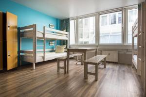 Ein Etagenbett oder Etagenbetten in einem Zimmer der Unterkunft Wombat's The City Hostel Munich Hauptbahnhof