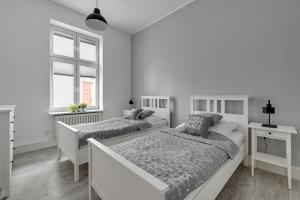 A bed or beds in a room at Apartament Haffnera 30