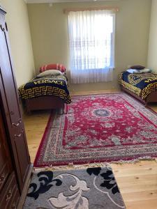 Cama ou camas em um quarto em Kepez qonaq evi