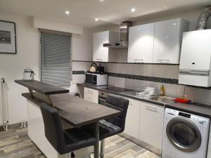 A kitchen or kitchenette at Appartement T3 8eme Marselle St Anne Proche plage
