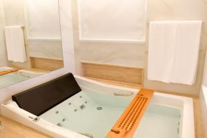 Um banheiro em Radisson Blu Belo Horizonte Savassi