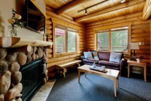 Гостиная зона в Pocahontas Cabins