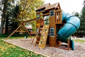 Детская игровая зона в Pocahontas Cabins
