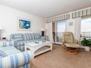 A seating area at Island Echos 4th-5th Floor Condos