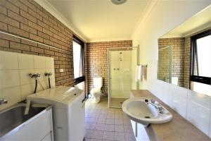 A bathroom at Albury Allawa Motor Inn