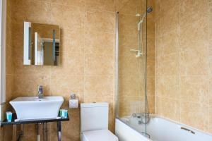 A bathroom at The White House Inn - Whitby