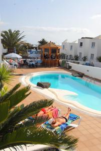 Het zwembad bij of vlak bij Apartamentos Isla de Lobos - Adults Only