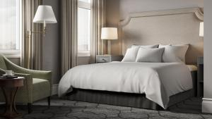 A bed or beds in a room at Hotel Victoria