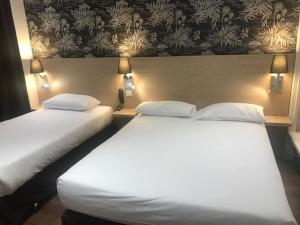 A bed or beds in a room at Hotel de Bordeaux