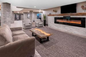 The lobby or reception area at La Quinta by Wyndham Fairbanks Airport