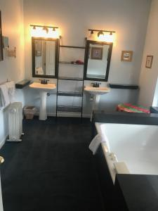 A bathroom at Winter Park Chateau, Boutique Inn