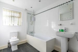 A bathroom at No 1 - LARGE 1 BED NEAR SEFTON PARK AND LARK LANE