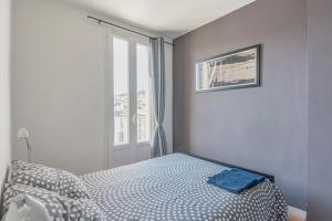 A bed or beds in a room at Charming and bright apartment in the old port