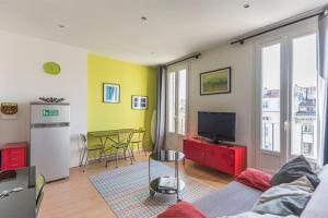 A seating area at Charming and bright apartment in the old port