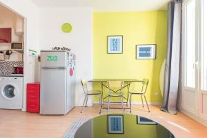 A kitchen or kitchenette at Charming and bright apartment in the old port