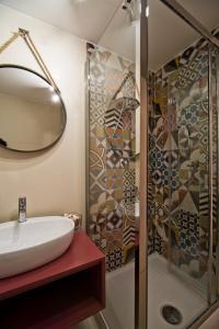 A bathroom at La Minerva Luxury Suite