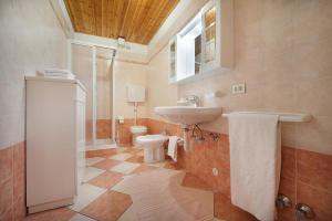 Koupelna v ubytování Appartamenti Bait Carosello
