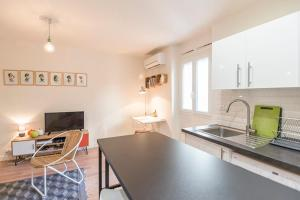 A kitchen or kitchenette at Charming studio on the edge of the old port