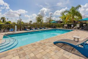 The swimming pool at or close to Hampton Inn & Suites Orlando International Drive North