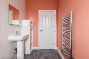 A bathroom at Fantastic brand new Rooms