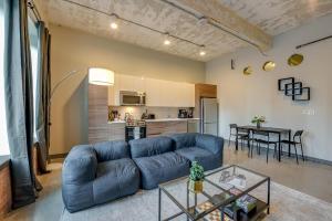 A seating area at Jurny - Downtown Dallas Apartments