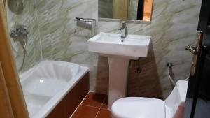 Um banheiro em Swiss Blue Hotel