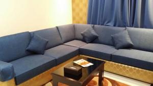 Uma área de estar em Swiss Blue Hotel