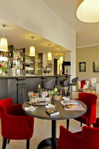 A restaurant or other place to eat at Best Western Le Renoir