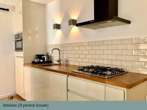 Cuisine ou kitchenette dans l'établissement Es Vedra