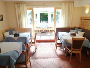 Ein Restaurant oder anderes Speiselokal in der Unterkunft Pension Katrin