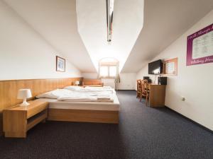 Posteľ alebo postele v izbe v ubytovaní Penzion Atlas