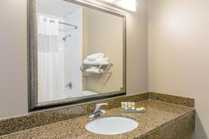 A bathroom at La Quinta by Wyndham Biloxi