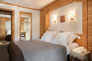 A bed or beds in a room at Logis La Croix-Saint-Maurice