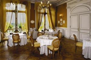 A restaurant or other place to eat at Château De L'aubrière - Les Collectionneurs