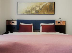 A bed or beds in a room at Best Western Dam Square Inn