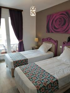 A bed or beds in a room at Hotel Alcyon