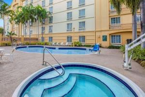 ラ キンタ イン&スイーツ マイアミ エアポート ウエストの敷地内または近くにあるプール