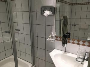 A bathroom at Gästehaus Alte Schule