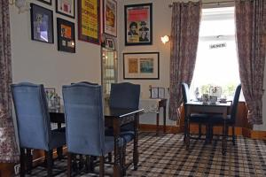 A restaurant or other place to eat at Viewbank Guest House