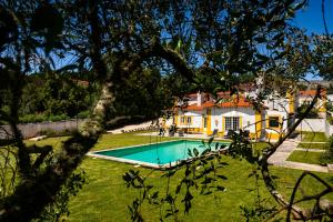 A view of the pool at Quinta do Pé Descalço or nearby