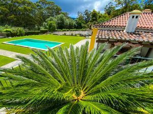 The swimming pool at or near Quinta do Pé Descalço