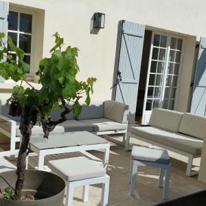 A seating area at Bastide Philomen