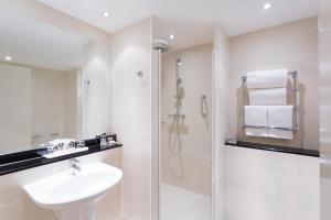 A bathroom at Mercure Sheffield St Paul's Hotel & Spa