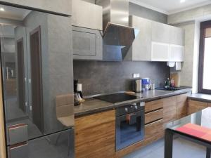 Кухня или мини-кухня в Luxury Apartment in Baikal Hill Residence
