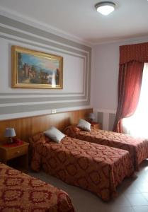 A bed or beds in a room at Hotel Facioni