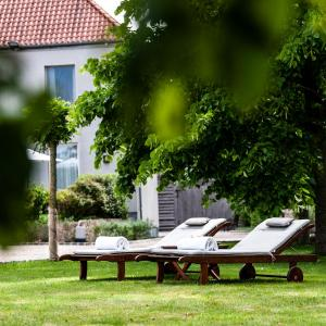 A garden outside B&B Scheldekant