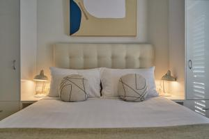 A bed or beds in a room at Julians Apartments