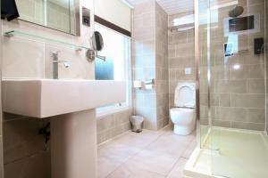 A bathroom at The Kelvingrove Hotel