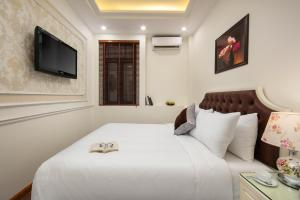 A bed or beds in a room at Trang Trang Luxury Hotel