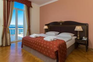 A bed or beds in a room at Hotel Kvarner Palace